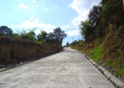 Empedrando caminos, aldea Más Allá