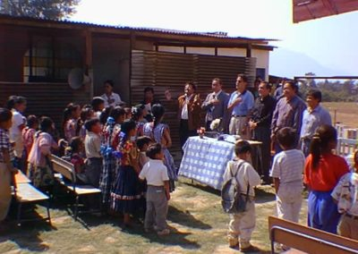 Inaugurando los trabajos para una escuela